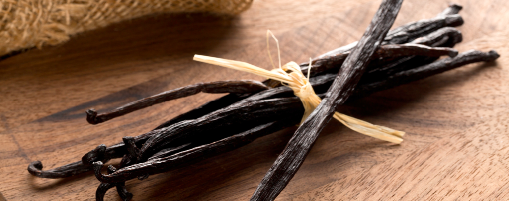 vanilla-orchids-vanilla-beans-bundled